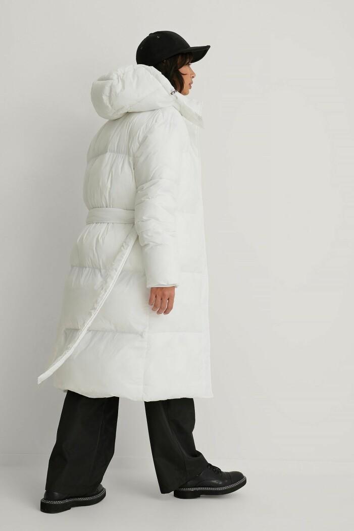 vit vadderad dunjacka i lång modell från na-kd