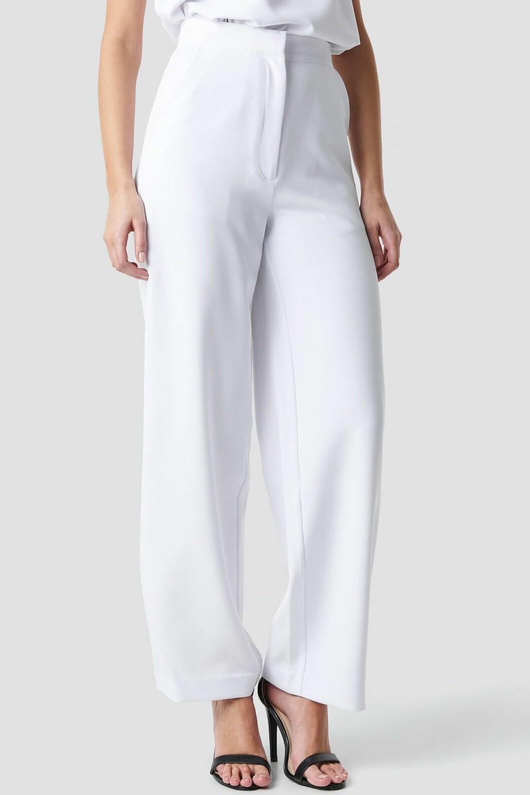 Vita kostymbyxor till sommarens fester för dam