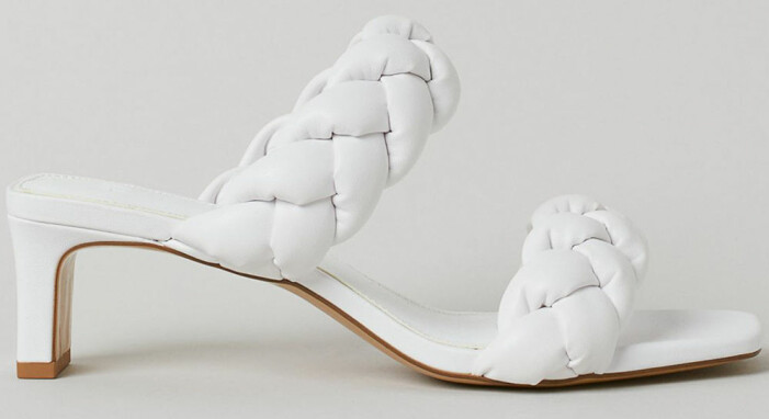 vita sandaletter med vävda vadderade remmar från H&M som påminner om Bottega Venetas sandaler