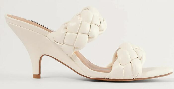 Vita sandaletter med vävda vadderade remmar från Na-kd som påminner om Bottega Venetas sandaler