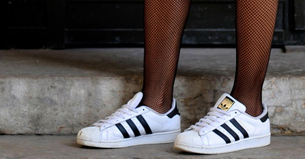 vita sneakers rengöra